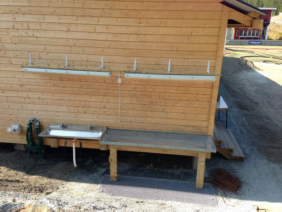 Her er det Vask av dekk og bil plass. Mye arbeid fra Jan Håvard Indahl er utført for å få vann til vaskeplassen.