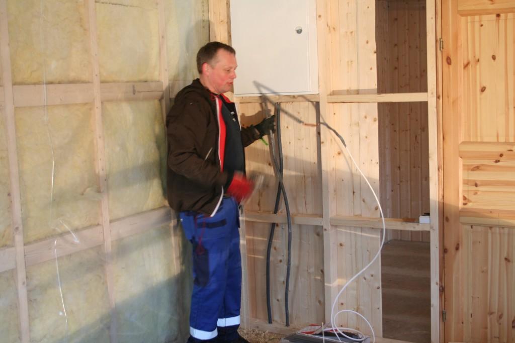 Stein-Ove setter opp sikringsskap i Kafé n. Håper anlegget står etter at sikringene er skrudd på også...